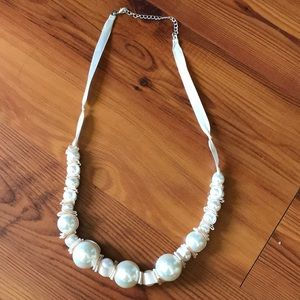 Jewelry - Faux pearl chunky necklace